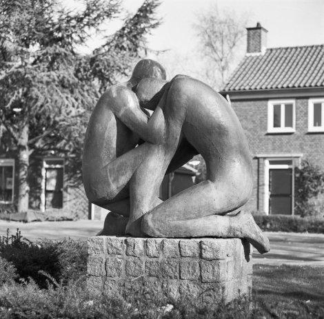 Standbeeld-_-Barmhartige_Samaritaan-,_oorlogsmonument_1940-1945,_van_Wilna_Bruning-_Haffmans,_1970_-_Vlijmen_-_20341575_-_RCE
